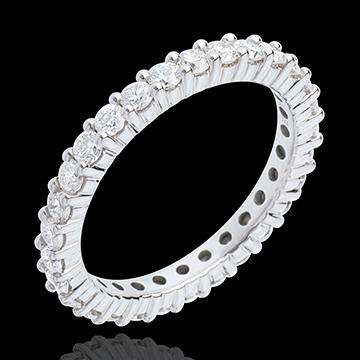 Composta da diamanti incastonati su tutta la circonferenza del gioiello, la fede Eternity ha un gran successo!